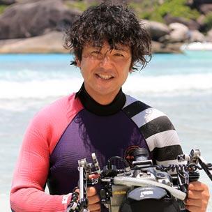 鍵井靖章 大学在学中に水中写真家・伊藤勝敏氏に師事。1993年よりオーストラリア、伊豆、モルディブに拠点を移し、水中撮影に励む。1998年に帰国後フォトグラファーとして独立。自然のリズムに寄り添い、生き物に出来るだけストレスを与えないような撮影スタイルを心がける。 Clé et Photos クレ・エ・フォト代表。