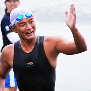 櫻井智和 学生時代は競泳選手として活躍。卒業後、銀行に就職するも、オープンウォータースイミング競技への出場をきっかけに、オープンウォータースイマー兼インストラクターとして活動を開始。当時日本では珍しかった、オープンウォータースイミングの指導技術の体系化をはじめ、競技の普及に務めている。