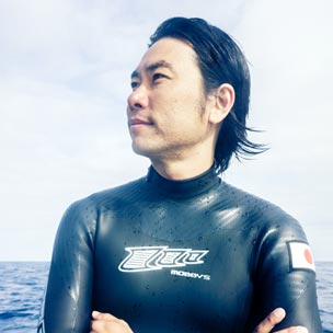 篠宮龍三 国内唯一のプロフリーダイビング選手として国際大会を中心に参戦中。競技活動の傍ら、スクールや大会も運営。『ONE OCEAN~海はひとつ』を自身のメッセージに掲げ、海洋保護を訴える様々なイベントのプロデュースも行っている。