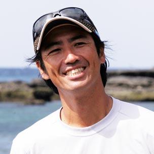 八幡暁 学生時代より素潜漁を始め、卒業後は各地の漁師の仕事を学びながら国内外を巡る。シーカヤックと出会い、2002年からオーストラリアから日本までの多島海域を舞台にした人力航海の旅「グレートシーマンプロジェクト」をスタート。フィリピンー台湾海峡横断(07年)など世界初となる航海記録を複数持つ。