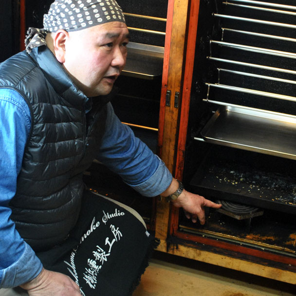 横浜燻製工房の代表で燻匠(くんしょう)の栗生聡さん