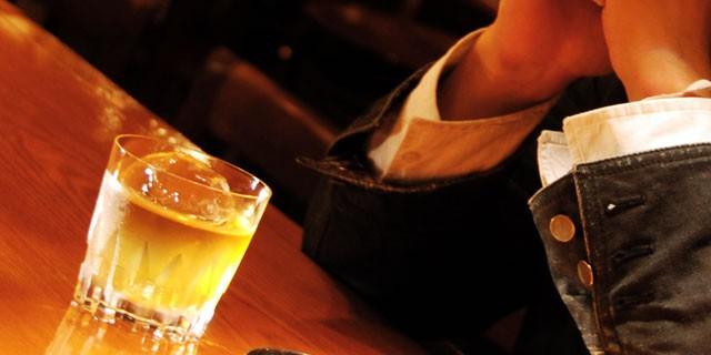 女性が思う「カッコいい大人の男性」のキーワードとは、 「ウイスキーをロックで飲む男性」
