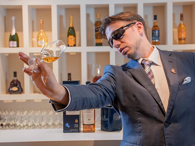 テイスティンググラスを用意し、そっとウイスキーを注いでみます。ストレートで量はシングル(30ml)