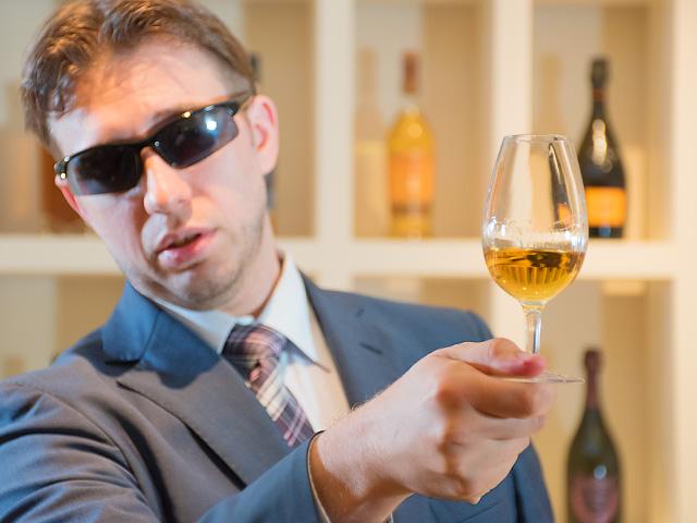 テイスティンググラスのボウル部分に指が触れると、体温が伝わり、隠れている香りが出てきてしまうことがあります。だから、指が触れないよう、テイスティンググラスのベース(台座)を持ちましょう。