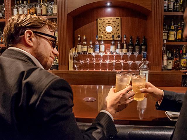 スコットランドの乾杯は、「あなたの健康を祝して」という意味の「スランジ バー」といいます