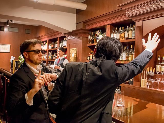 居酒屋と同じように店員さんを呼ぶ人をたまに見かけますが、 「大人のバーマナー」的にはNGです。