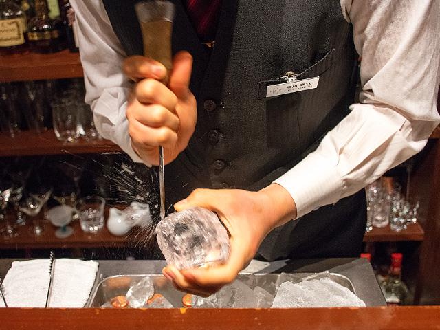 2杯目のロックには、マスターが丸い氷を作って入れくれたでしょう? それを堪能するために、僕はおかわりするときに、そのまま継ぎ足してもらったりもするんですよ。